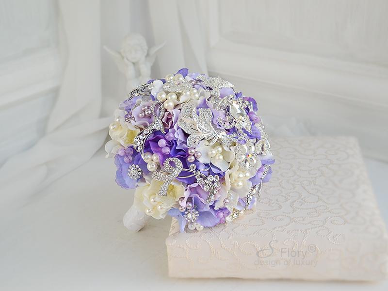 фиолетовый букет из брошей