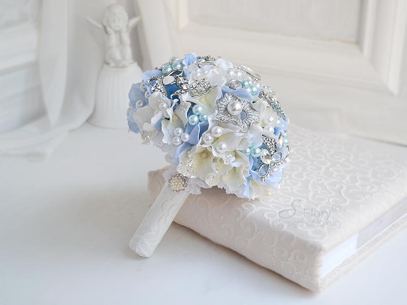 голубой букет из брошей
