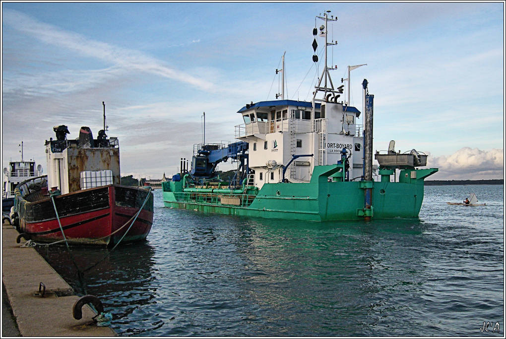 [Activité hors Marine des ports] LE CROISIC Port, Traict, Côte Sauvage... - Page 2 B15-G60013224%20Conquest%20et%20Fort%20Boyard%20en%20cours%20de%20draguage%2017h14