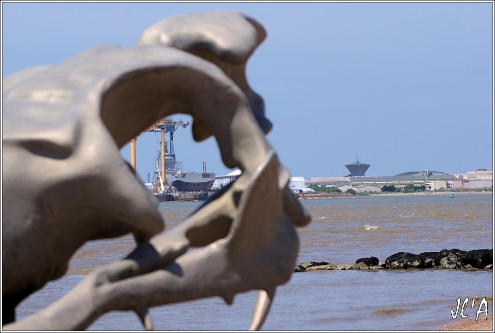 [Vie des ports] Port de Saint Nazaire - Page 3 19%20Le%20BPC%20Sebastopol%20dans%20l%27oeil%20du%20serpent%20d%27oc%C3%A9an%20_A04279