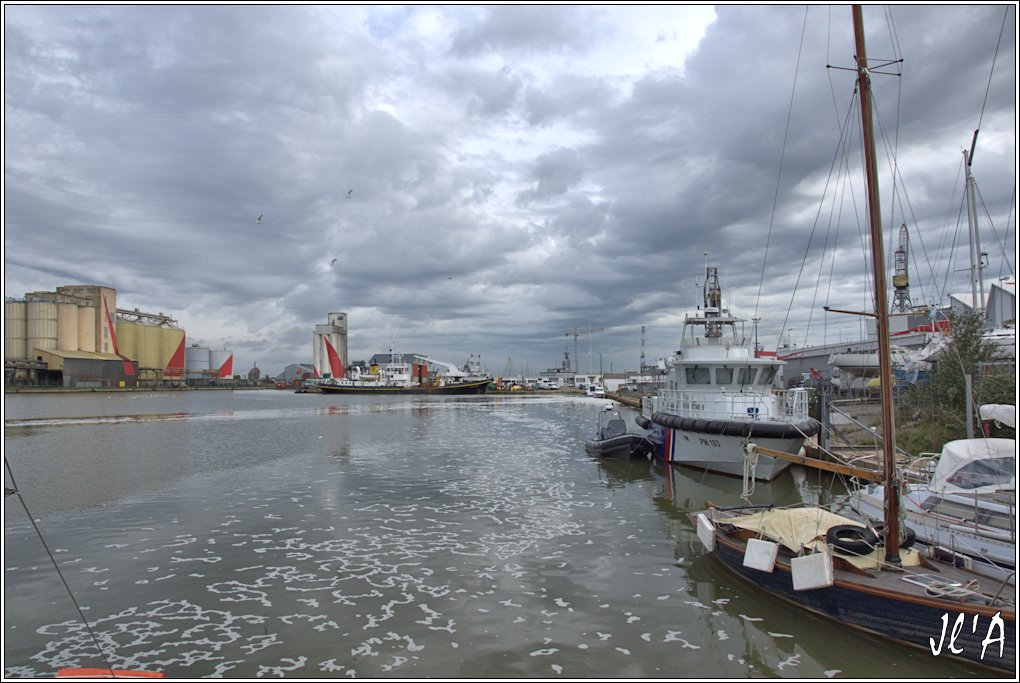 [Vie des ports] Port de Saint Nazaire - Page 2 D10%20le%20fond%20du%20bassin%20et%20le%20baliseur%20Charles%20Babin%20_A00973