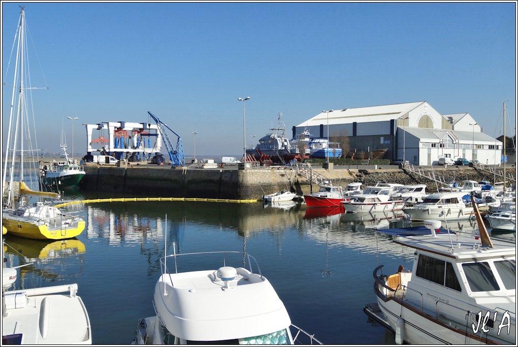 [Activité hors Marine des ports] LE CROISIC Port, Traict, Côte Sauvage... - Page 4 JChantier%20Naval%2003%20vedette%20P620%20S%C3%A8vres%20et%20La%20F%C3%A9e%20des%20Iles%20en%20car%C3%A9nage%20S20V01516
