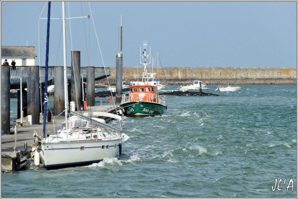 [Activité hors Marine des ports] LE CROISIC Port, Traict, Côte Sauvage... - Page 4 K35-57%20voilier%20et%20canot%20SNSM%20%C3%A0%20l%27estacade%20par%20grand%20vent%20S20V02127
