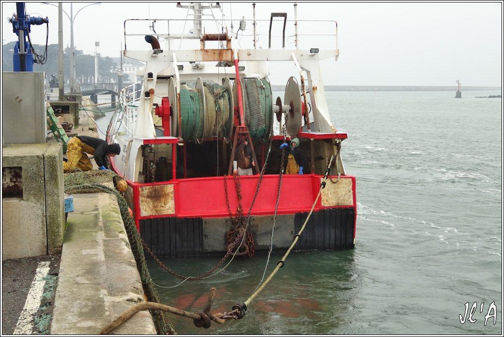 [Activité hors Marine des ports] LE CROISIC Port, Traict, Côte Sauvage... - Page 4 K01-02%20Kers%20Atao%20embarquement%20%20du%20chalut%20S20V02048
