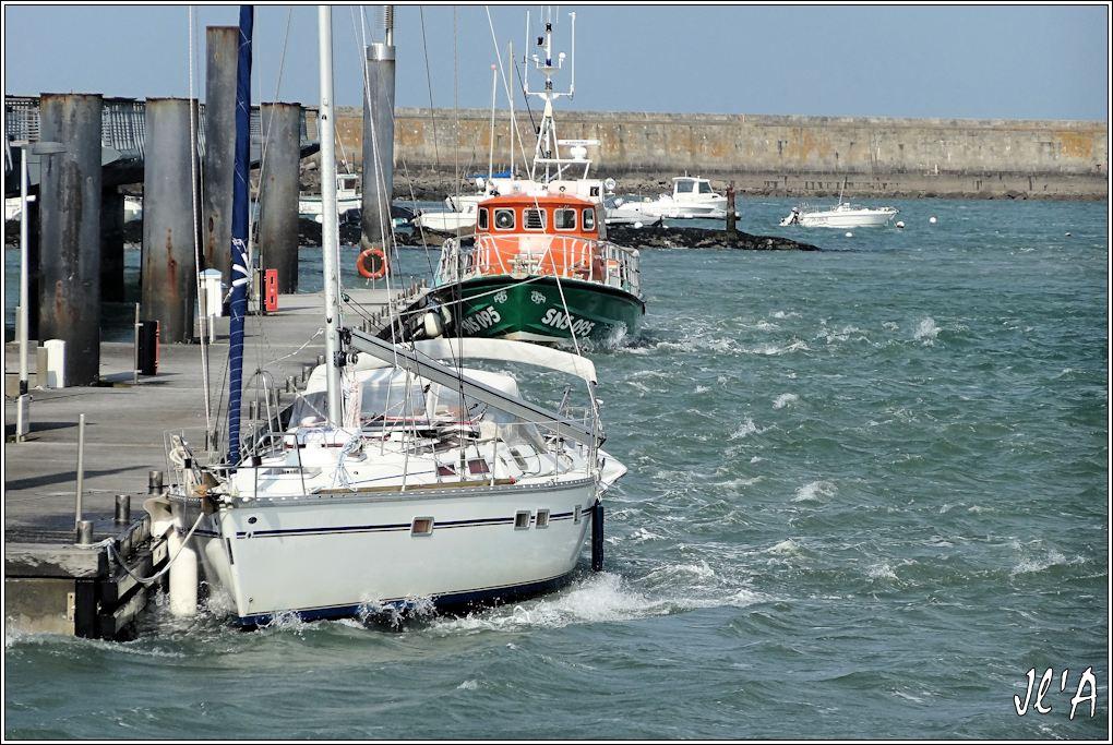 [Activité hors Marine des ports] LE CROISIC Port, Traict, Côte Sauvage... - Page 4 K36-58%20voilier%20et%20canot%20SNSM%20%C3%A0%20l%27estacade%20par%20grand%20vent%20S20V02130