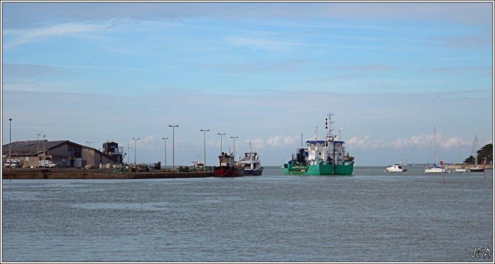[Activité hors Marine des ports] LE CROISIC Port, Traict, Côte Sauvage... - Page 2 B01-G60013199%20Drague%20Fort%20Boyard%20dans%20le%20chenal%2015h55