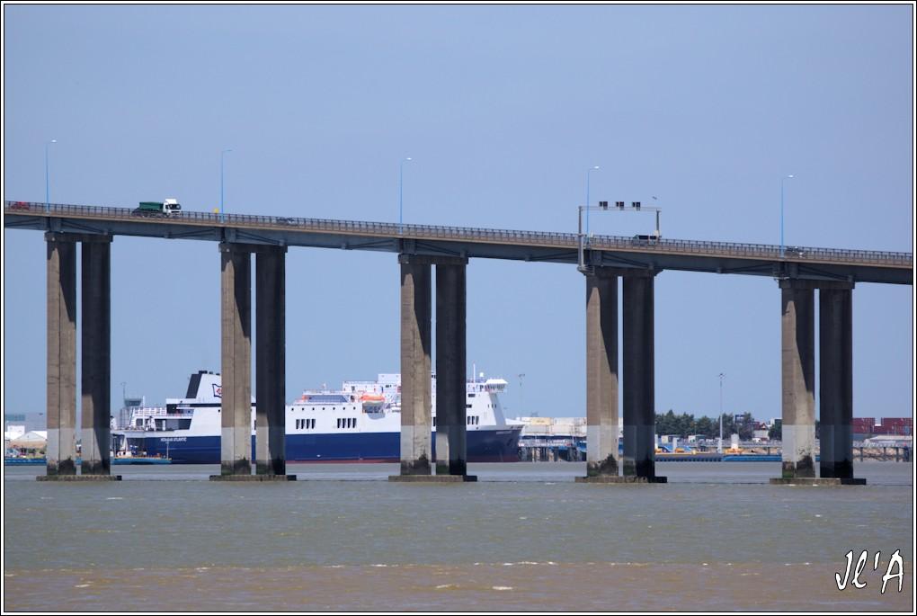 [Vie des ports] Port de Saint Nazaire - Page 2 03%20pont%20descente%20cot%C3%A9%20Mindin%20et%20Roro%20Norman%20Atlantic%20_A04256