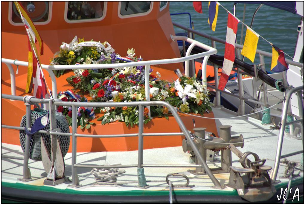 [Activité hors Marine des ports] LE CROISIC Port, Traict, Côte Sauvage... - Page 7 Sb41%2015-44%20%20gerbes%20sur%20le%20canot%20SNSM%20Robert%20G%20Grahamm%20_A%2005753