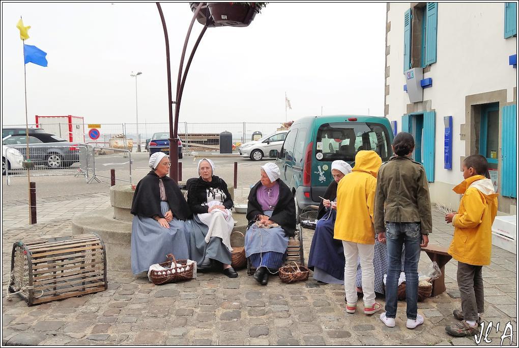 [Activité hors Marine des ports] LE CROISIC Port, Traict, Côte Sauvage... - Page 5 O17-d01%20Brodeuses%20%20S20V02671